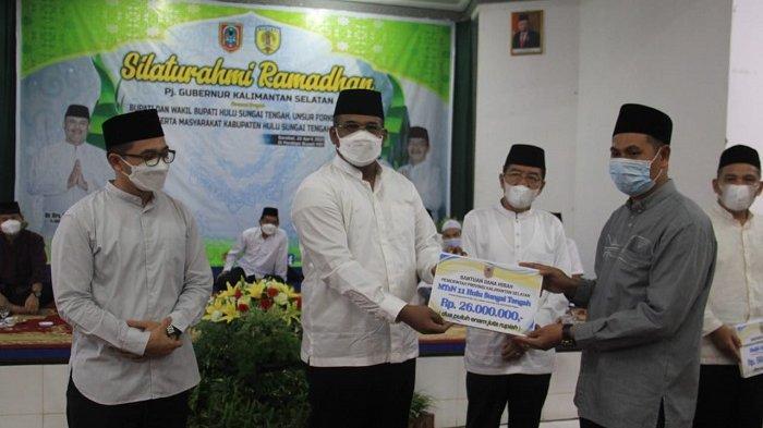 Pj Gubernur Kalsel menyerahkan bantuan dana hibah untuk salah satu sekolah Mts di Barabai.