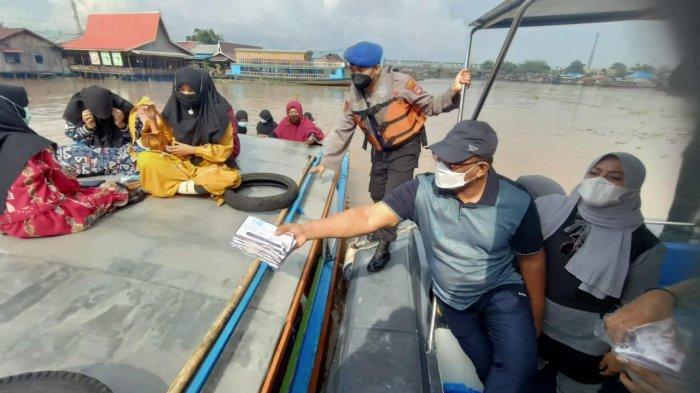 Bagikan Masker, Pj Gubernur Kalsel Safrizal Ajak Pedagang Lokbaintan Disiplin Prokes
