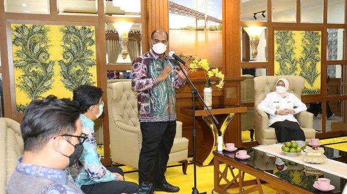 Penjabat Gubernur Kalsel, Dr Safrizal ZA M.Si menyerahkan 5.000 rapid test antigen ke Batola, Jumat (26/3/2021).