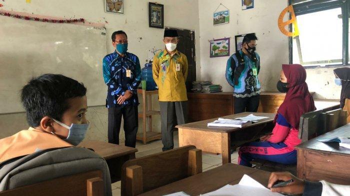 Pj Sekda Pemkab Tanahbumbu Tinjau Sekolah untuk Persiapan Belajar Tatap Muka