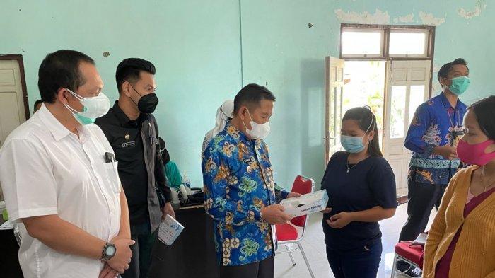 PT. Maruwai Coal anak perusahaan dari Adaro Metcoal Companies (AMC) bagikan bantuan 5.000 paket masker serta vitamin senilai Rp 375 juta kepada Dinas Kesehatan Kabupaten Murung Raya, Kamis (27/8).