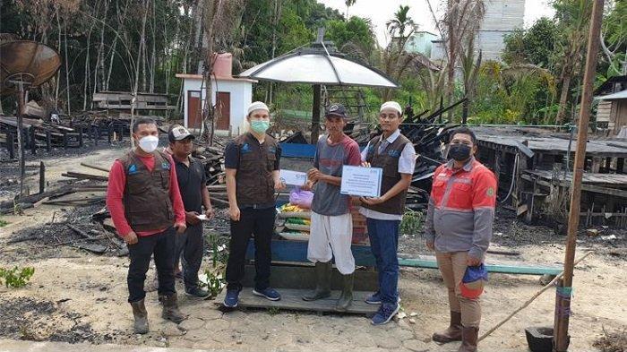 Peduli Korban Kebakaran, YBM PLN UPDK PALANGKARAYA Terobos Pedalaman Kalteng Serahkan Bantuan