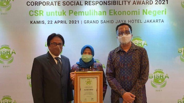 PLN menerima penghargaan sebagai Platinum Champion in Corporate Social Responsibility pada ajang Bisnis Indonesia Corporate Social Responsibility Award (BISRA) 2021.