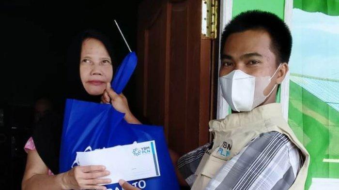 PLN Peduli memberikan bantuan uang tunai dan paket sembako.