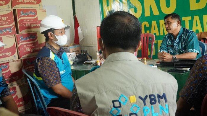 General Manager PLN UIW Kalselteng Tonny Bellamy dan Ketua YBM PLN UIW Kalselteng Zakaria, beserta jajaran manajemen menyerahkan bantuan kepada warga korban banjir yang diterima secara simbolis oleh Camat Satui Abdul Rahim, Kamis (20/5/2021).