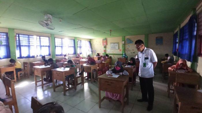Pantau Sekolah Saat Ujian, Plt Kadisdik Balangan Perhatikan Protokol Kesehatan