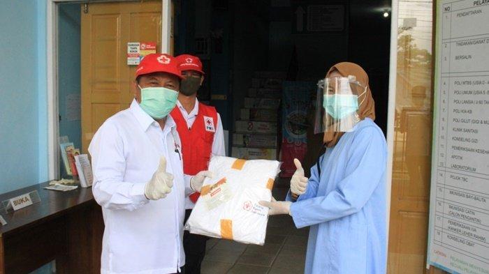 PMI HSU Bagikan APD ke Rumah Sakit dan Puskesmas
