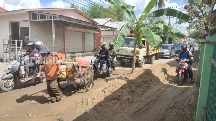 Pohon pisang ditanam di ruas jalan rusak sangat parah di kawasan Jalan Tembus Perumnas, Kota Banjarmasin, Provinsi Kalimantan Selatan, Selasa (16/3/2021).