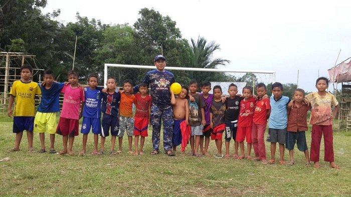Perwira Polair Ini Ajak Anak-anak Desa Main Bola