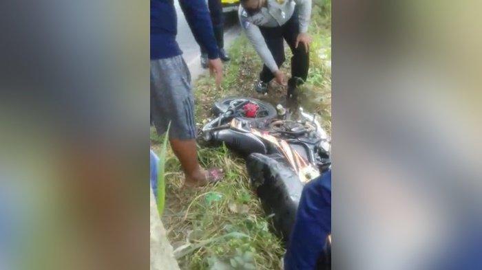 Polisi saat akan mengamankan motor korban dari lokasi kejadian di Desa Binderang, Kecamatan Lokpaikat, Kabupaten Tapin, Provinsi Kalimantan Selatan, Minggu (6/12/2020) siang.