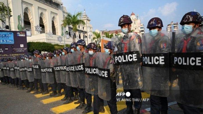 POLISI Myanmar Ini Tiba-tiba Membelot dan Balik Mendukung Demontran Penentang Kudeta Militer