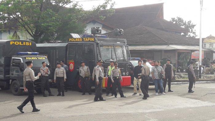 Saat Pleno KPU Puluhan Polisi Bersenjata Lengkap Berjaga di Rumah Dinas Bupati Tapin