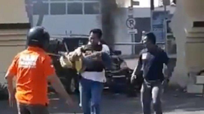 Polisi Langsung Gendong dan Selamatkan Diduga Anak Teroris di Lokasi Ledakan di Polrestabes