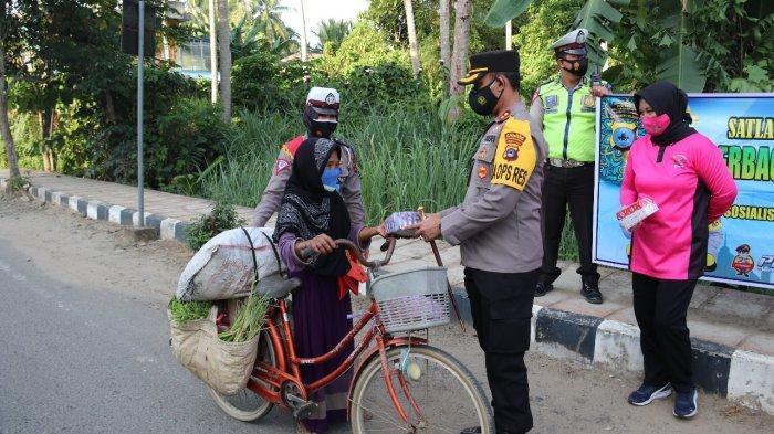 Polres HSS Bagikan Takjil ke Warga, Juga Sosialiasikan Operasi Keselamatan Intan 2021