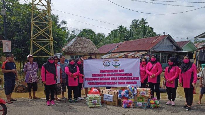 Bhayangkari Hulu Sungai Selatan juga memberikan bantuan makanan dan pakaian layak pakai.