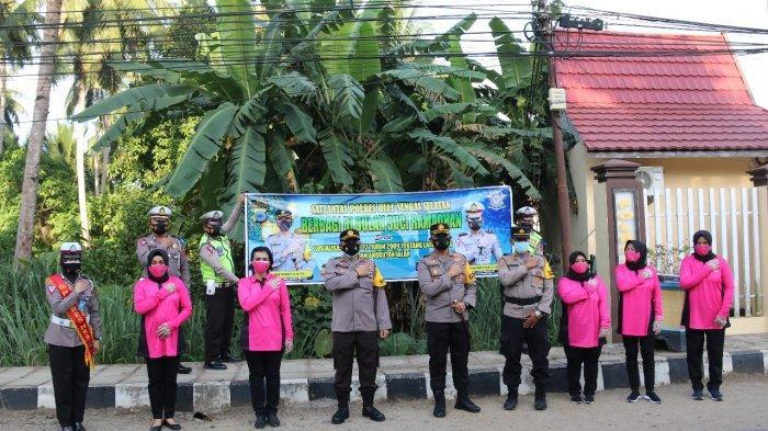 Menyambut datangnya Bulan Suci Ramadan, Polres Hulu Sungai Selatan (HSS), Kalimantan Selatan membagikan takjil kepada pengguna jalan dalam Operasi Keselamatan Intan 2021, Jumat (23/4/2021) lalu.