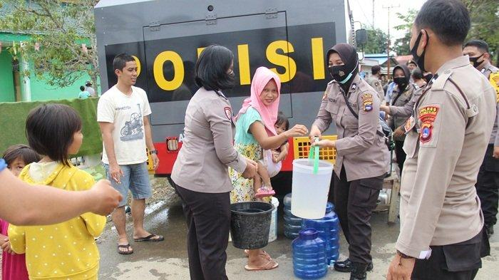 Pemberian air bersih di Simpang 3 Jiton Mualimin Desa Barabai Darat Kecamatan Barabai oleh Polres HSS, Selasa (19/1/2021).