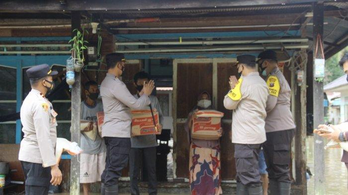 Kapolres HSS AKBP Siswoyo Beri Bantuan Sembako Korban Banjir di Kecamatan Loksado