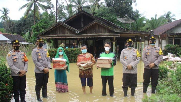 Kapolres HSS, AKBP Siswoyo dan jajaran memberikan bantuan sembako kepada korban banjir, Senin (11/1/2021).