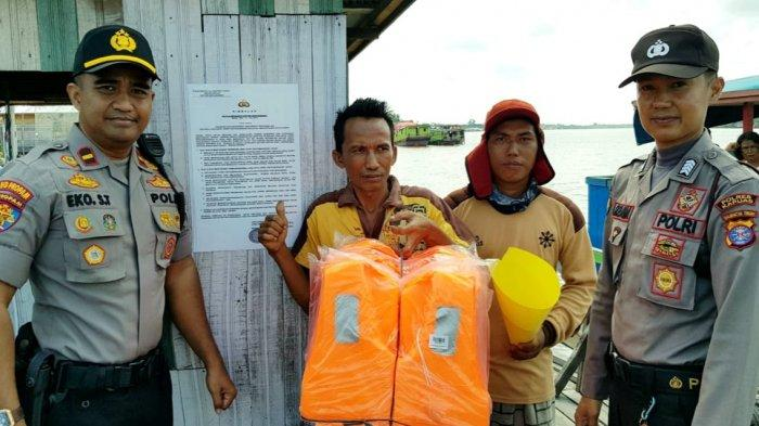 Polsek Kapuas Barat Periksa Kelengkapan Alat Keselamatan dan Sarana Prasarana Feri Penyeberangan