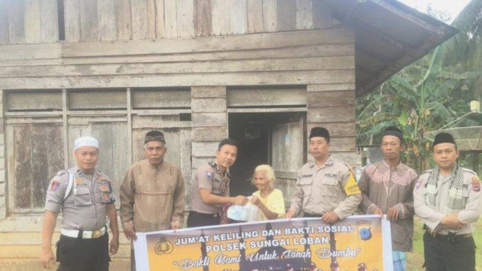 Polsek Sungai Loban Bagikan Sembako dan Uang Santunan Usai Salat Jumat