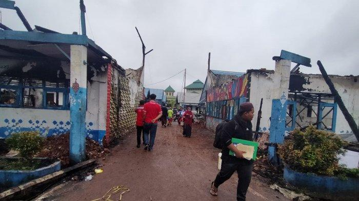 Kebakaran Kalsel, Api Seberangi Jalan Bakar Bangunan Kelas Ponpes Al-Falah