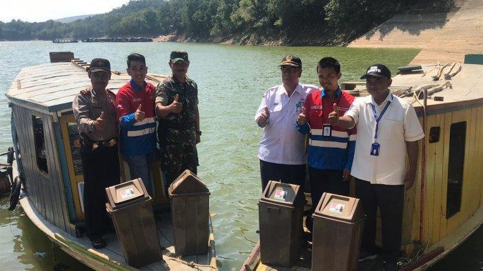 Demi Kebersihan Waduk, PLTA Ir PM Noor Bagikan 90 Bak Sampah ke Desa Tiwingan Lama
