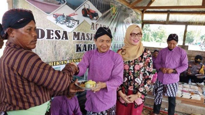 Plt Bupati Tabalong Apresiasi Tradisi Wiwitan di Desa Masingai II, Zony Ikut Kenakan Busana ala Jawa