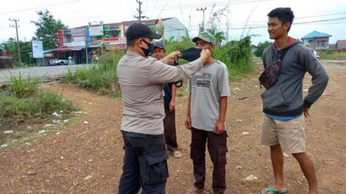 Jelang PPKM Level IV, Petugas Polsek Banjarbaru Timur  Berikan Sosialisasi Dan Edukasi
