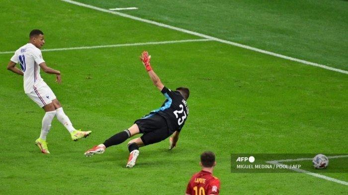 Pemain depan Prancis Kylian Mbappe (kiri) mencetak gol meskipun kiper Spanyol Unai Simon selama pertandingan sepak bola final Nations League antara Spanyol dan Prancis di stadion San Siro di Milan, pada 10 Oktober 2021.