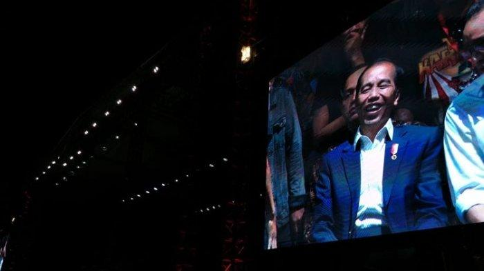 Presiden Jokowi Tiba-tiba Muncul dan Nikmati 'Semut Hitam' God Bless di Konser Musik Untuk Republik