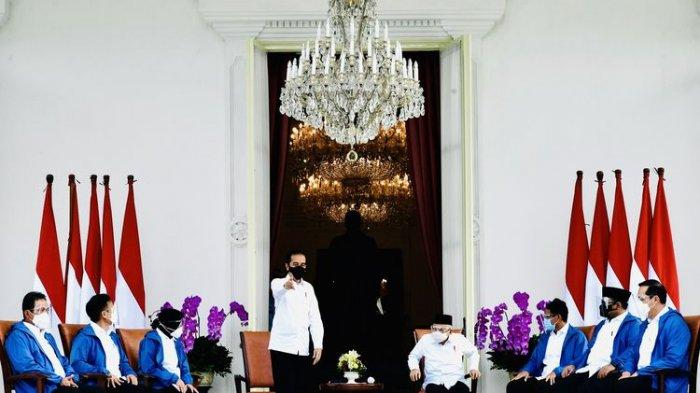 Presiden Joko Widodo (berdiri) didampingi Wapres Maruf Amin (keempat kanan) mengumumkan enam orang calon menteri baru di Kabinet Indonesia Maju Jilid 2 di Istana Merdeka, Jakarta, Selasa (22/12/2020). Keenam orang calon menteri hasil kocok ulang (reshuffle) tersebut antara lain Tri Rismaharini sebagai Menteri Sosial, Sakti Wahyu Trenggono sebagai Menteri Kelautan dan Perikanan, Yaqut Cholil Qoumas sebagai Menteri Agama, Budi Gunadi Sadikin sebagai Menteri Kesehatan, Sandiaga Salahudin Uno sebagai Menteri Pariwisata dan Ekonomi Kreatif serta M Lutfi sebagai Menteri Perdagangan.