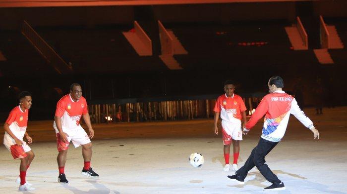 Presiden Republik Indonesia Joko Widodo bermain bola dengan pemain bola lokal Papua di acara pembukaan Pekan Olahraga Nasional XX Papua 2021 di Stadion Utama Lukas Enembe, Kampung Harapan,Sentani, Kabupaten Jayapura, Sabtu (2/10/2021)