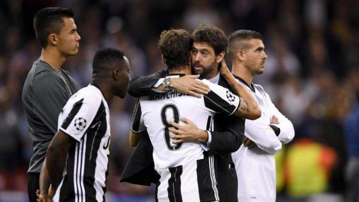 Presiden Juventus Andrea Agnelli memeluk para pemain pasca-kekalahan dari Real Madrid pada laga final Liga Champions, Sabtu (3/6/2017).(Dok. Juventus)