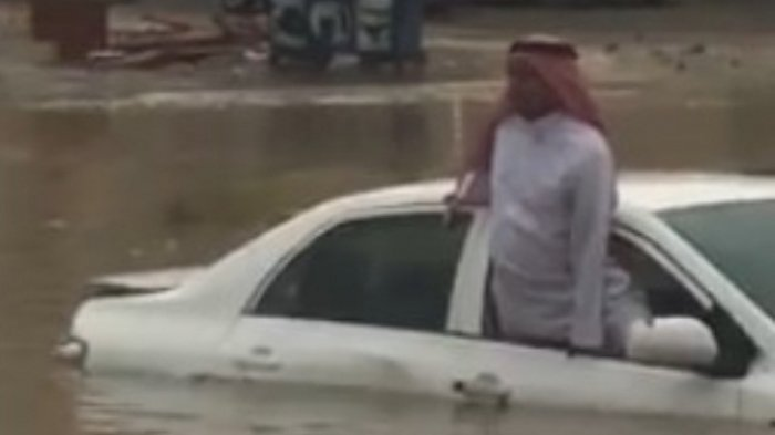 Viral Banjir Jeddah, Pria Tua Terjebak di Mobil, Aksi Petugas Penyelamat Malah Bikin Geram