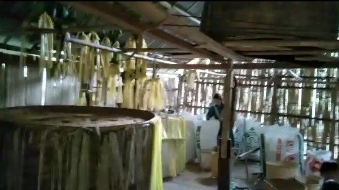 Proses memindah padi dari karung ke Lulung, yang diletakan dalam lampau disertai Baaruh,