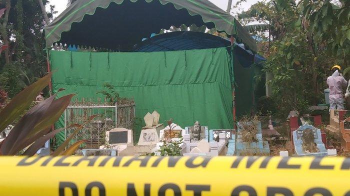 Proses pembongkaran makam gadis 17 tahun yang meninggal di Tapin.