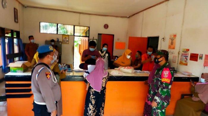 Proses penerimaan BST dan BSB di Kantor Pos Margasari, Tapin