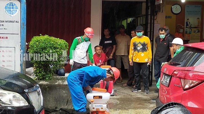 Pedagang Pasar Baru Lega karena Dinkes Banjarmasin Lakukan Penyemprotan Disinfektan
