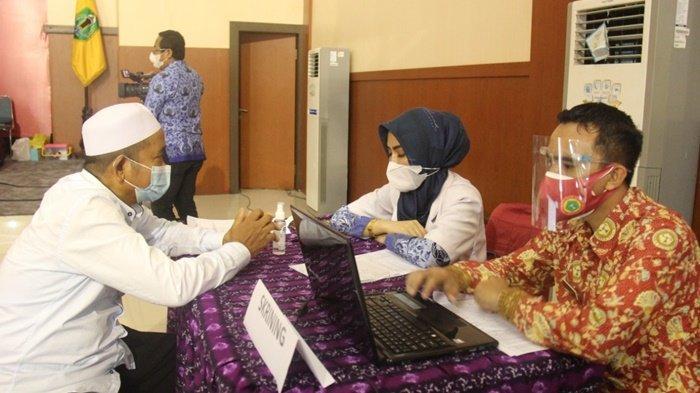 Proses skrining dalam kegiatan vaksinasi Covid-19 berlangsung di Aula Ideham Khalid, Kota Amuntai, Kabupaten Hulu Sungai Utara (HSU), Provinsi Kalimantan Selatan, Rabu (17/3/2021).