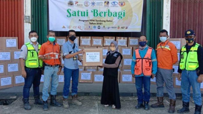 PT Arutmin Indonesia Tambang Satui dan mitra kerja menyalurkan Paket Sembako untuk anak yatim piatu, dhuafa, disabilitas, marbot dan ustadz dalam kegiatan