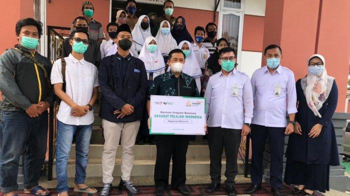 Bank Syariah Mandiri dan BSM Umat Berikan Beasiswa kepada 300 Pelajar di Banjarmasin