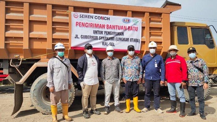 PT Conch South Kalimantan Cement menyalurkan bantuan berupa batu urug Jalan Gubernur Sarkawi Kalsel yang rusak parah terdampak banjir Kalsel, Rabu (17/2/2021).