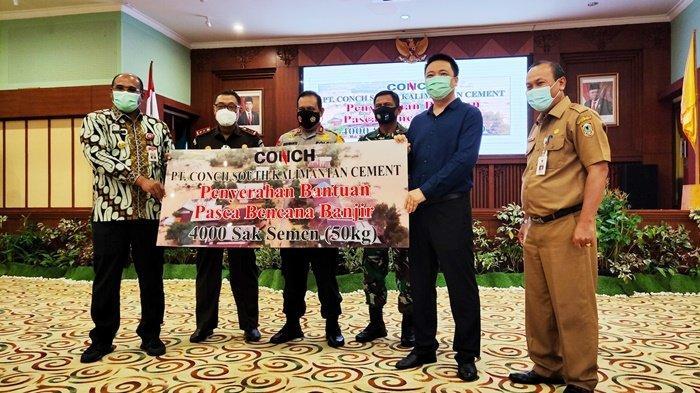 PT Conch South Kalimantan Cement Serahkan 4.000 Sak Semen untuk Kalsel