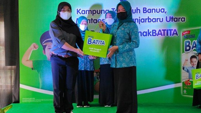 PT Nestle Indonesia menyerahkan bantuan susu Nestle Batita kepada perwakilan ibu PKK Kelurahan Mentaos, Kamis (14/10/2021).