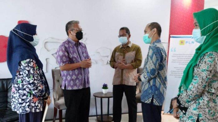 PT PLN (Persero) UIKL Kalimantan menyerahkan bantuan fasilitasi peningkatan kapasitas usaha kepada UMKM Komunitas Rajut Banjarbaru (KRAB)