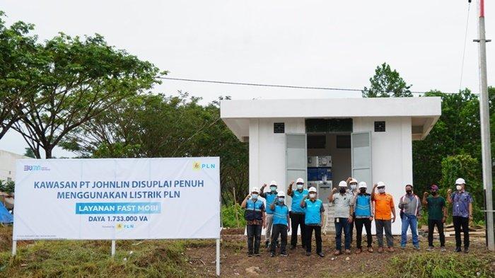 Jajaran PT PLN (Persero) Unit Induk Wilayah Kalimantan Selatan dan Kalimantan Tengah  foto bersama di depan fasilitas Fast Mobi di Marina Permata Hospital yang masuk dalam kawasan PT Jhonlin Grup di Batulicin, Kabupaten Tanah Bumbu (Tanbu), Rabu (26/5/2021).