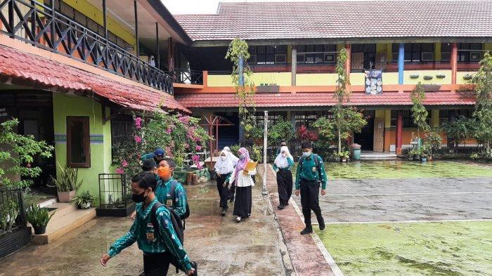 Hari Pertama PTS Tatap Muka SMP di Banjarmasin, Caroline Diberi Pesan ini Oleh Orangtua