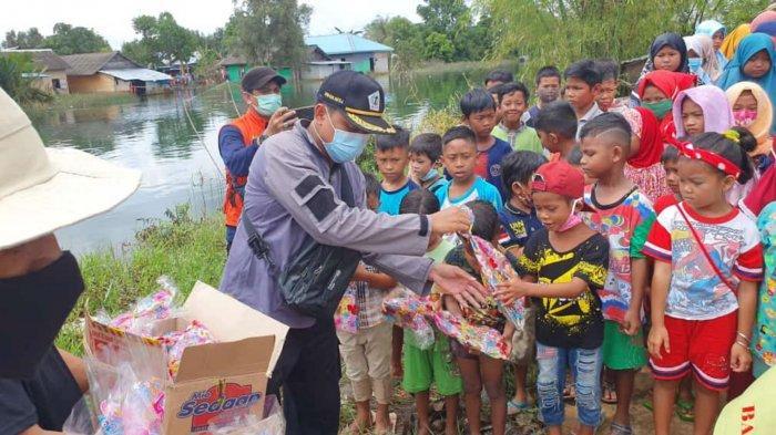 Hibur Anak-anak Korban Banjir, Wakil Ketua DPRD Batola Bagi Bingkisan Bingkisan Berisi Snack