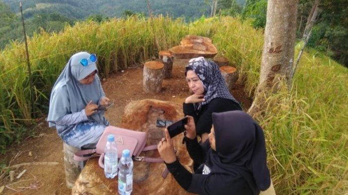 Wisata Kalsel di HST : Ada Meja dan Bangku Kayu di Puncak Titian Musang, Bisa Bersantai Minum Kopi